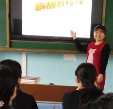 长青乡中心小学心理辅导老师对学生进行心理辅导